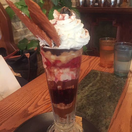 Knickerbocker Glory sundae. Pub Royale
